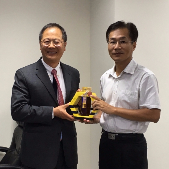 With Kaohsiung Environmental Protection Bureau Director General Meng-Yu Tsai